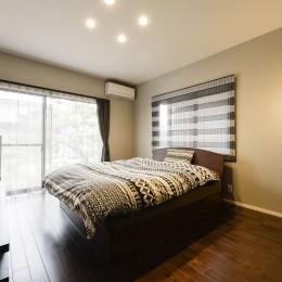 二面採光の明るい寝室。 (外観は純和風のままに、室内はアーバンモダンの洗練されたデザインへとリフォーム。)