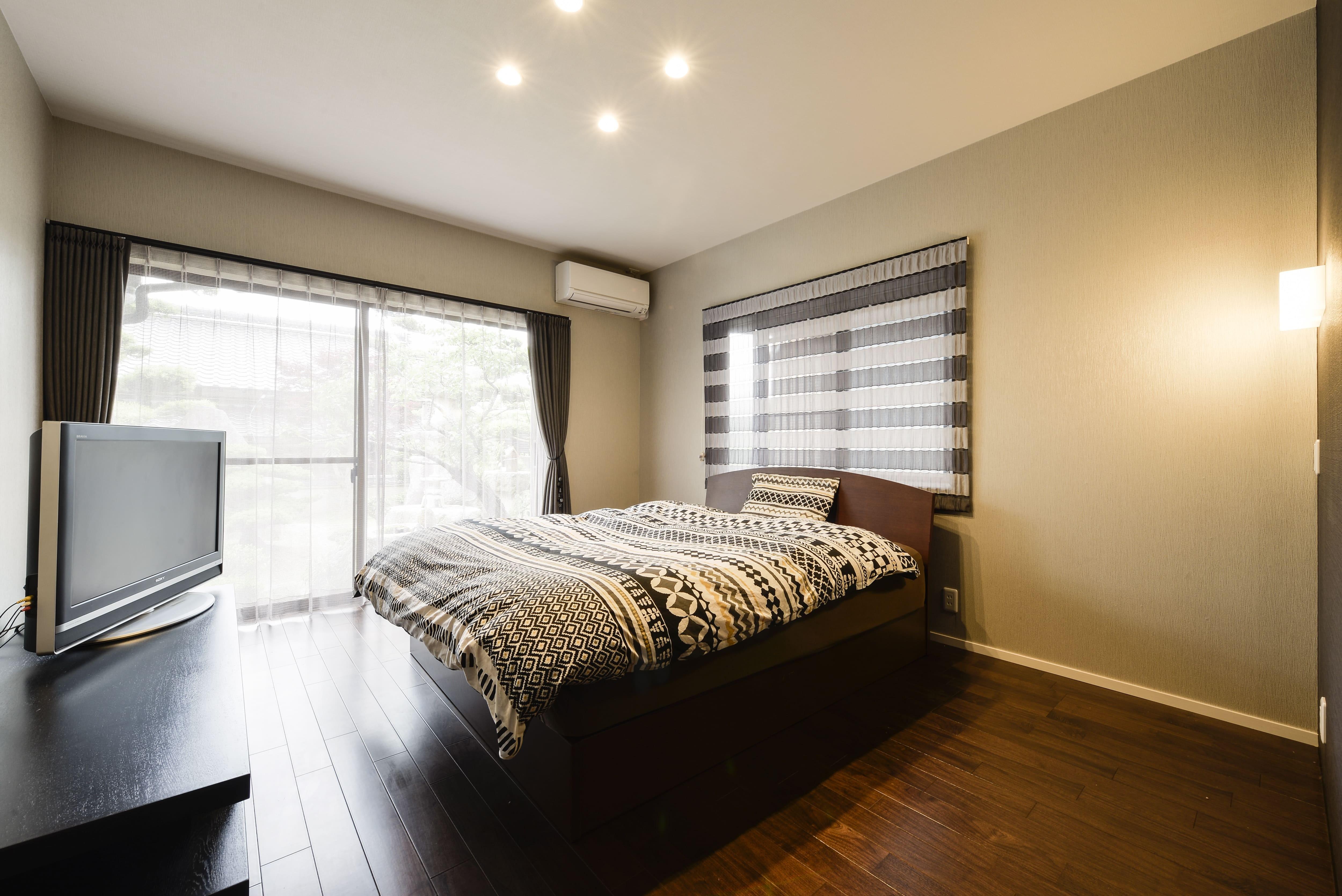 その他事例:二面採光の明るい寝室。(外観は純和風のままに、室内はアーバンモダンの洗練されたデザインへとリフォーム。)