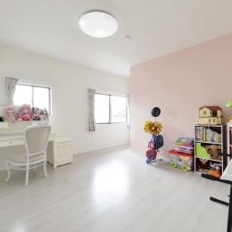 外観は純和風のままに、室内はアーバンモダンの洗練されたデザインへとリフォーム。 (2階子供部屋は淡いピンクのクロスをアクセントにして優しい印象に。)