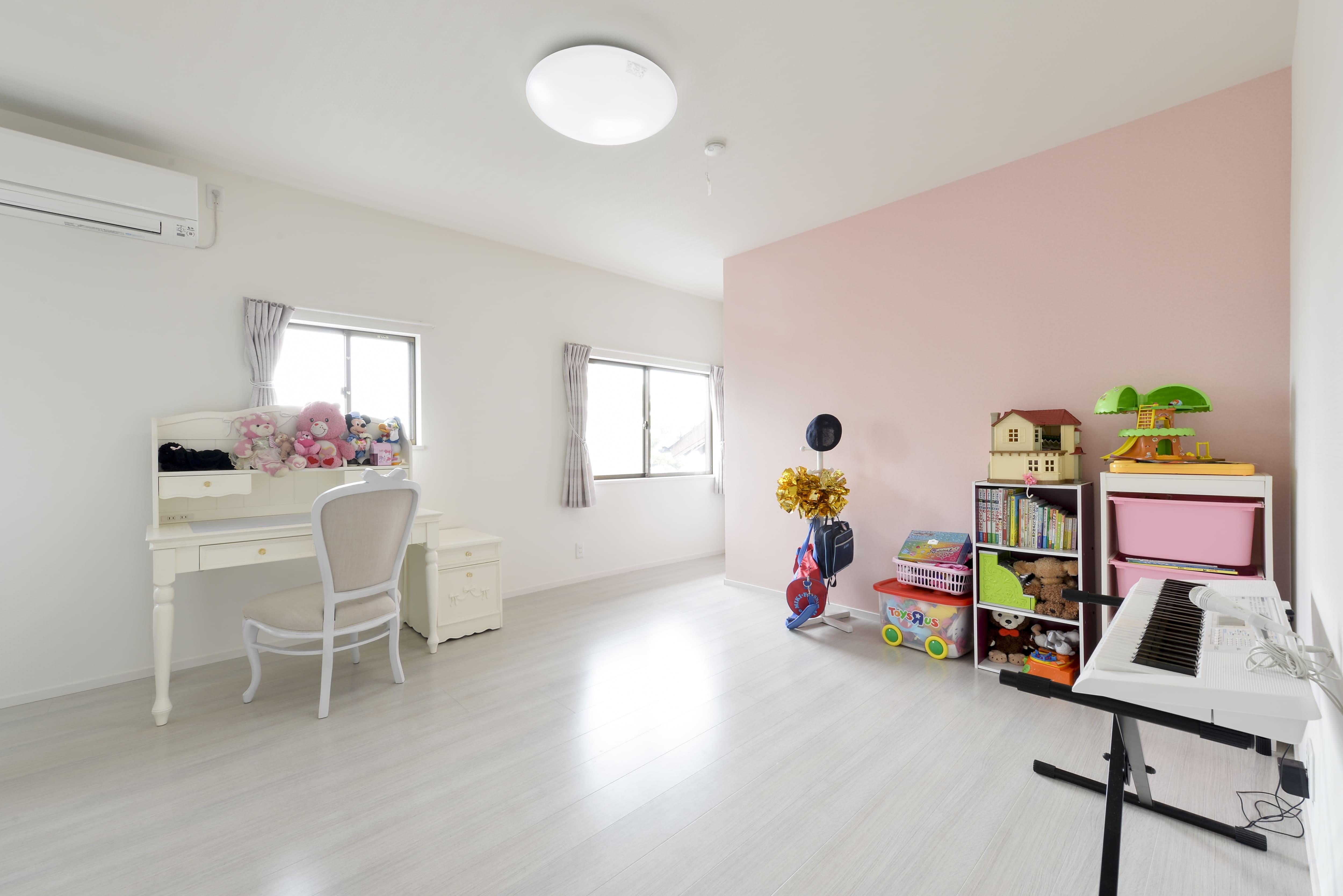 子供部屋事例:2階子供部屋は淡いピンクのクロスをアクセントにして優しい印象に。(外観は純和風のままに、室内はアーバンモダンの洗練されたデザインへとリフォーム。)
