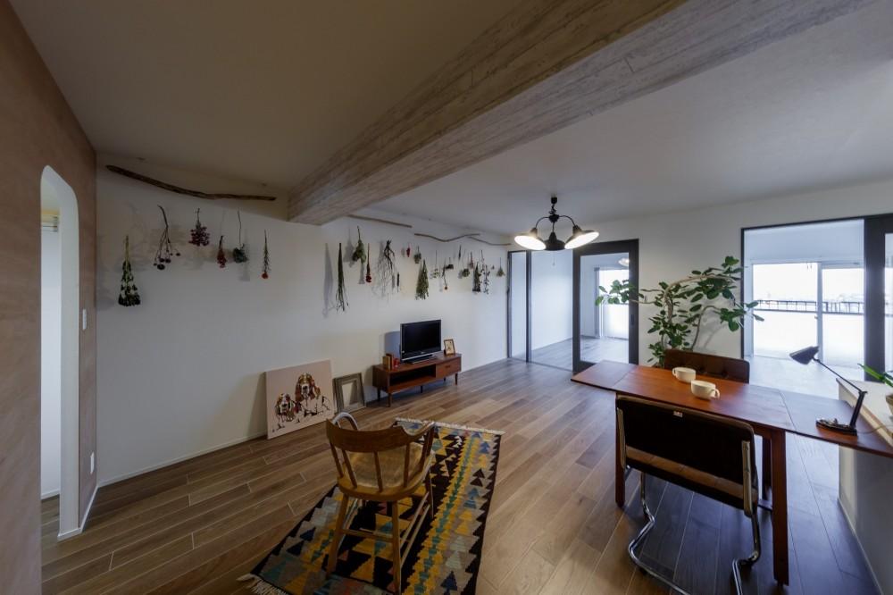 ボタニカルな雰囲気のリビングダイニング (ファッションを楽しむご夫婦のための家)