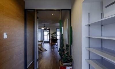 ファッションを楽しむご夫婦のための家 (大容量のシューズラックのある玄関)
