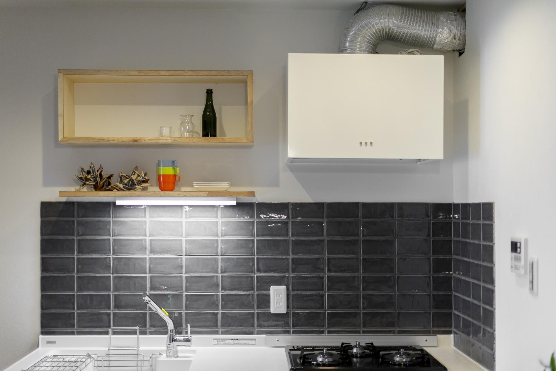 キッチン事例:コンパクトなキッチン(ファッションを楽しむご夫婦のための家)