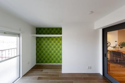 輸入クロスが目を引く個室 (ファッションを楽しむご夫婦のための家)