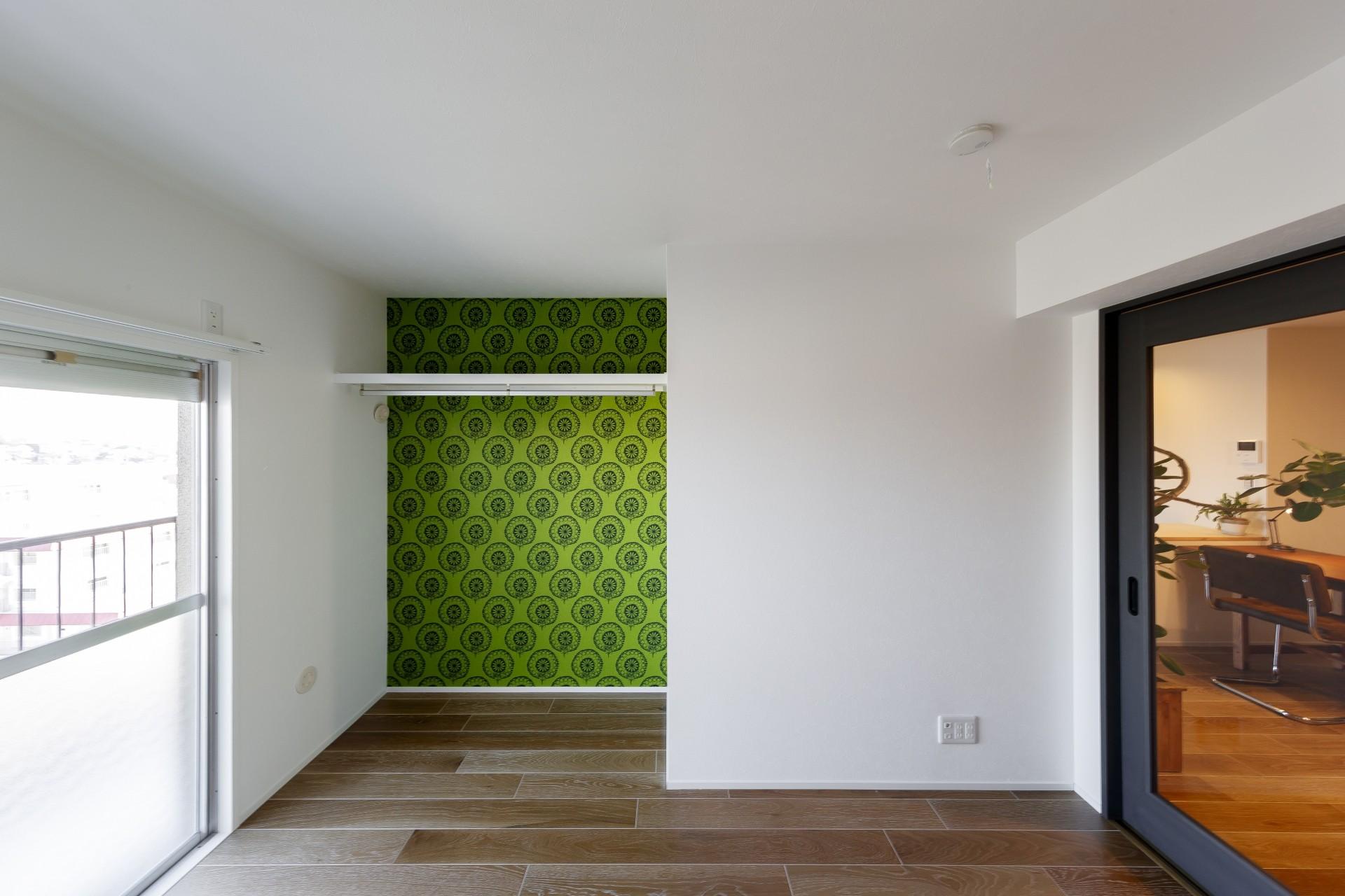 ベッドルーム事例:輸入クロスが目を引く個室(ファッションを楽しむご夫婦のための家)