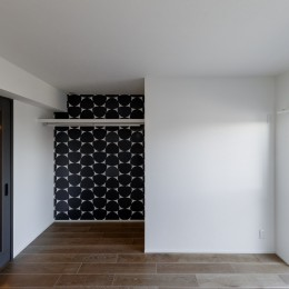 ファッションを楽しむご夫婦のための家 (印象的な輸入クロスの個室)