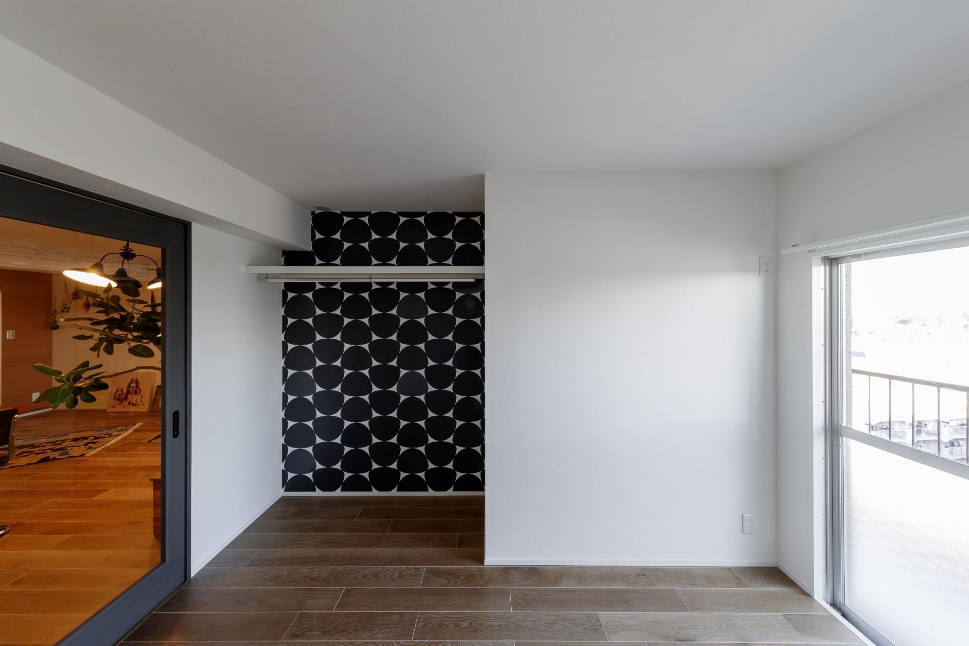 ベッドルーム事例:印象的な輸入クロスの個室(ファッションを楽しむご夫婦のための家)