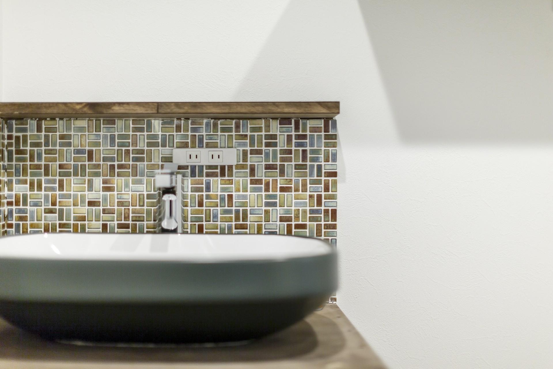 バス/トイレ事例:アクセントタイルのある洗面台(ファッションを楽しむご夫婦のための家)