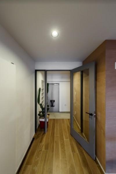 リビングから玄関を眺める (ファッションを楽しむご夫婦のための家)