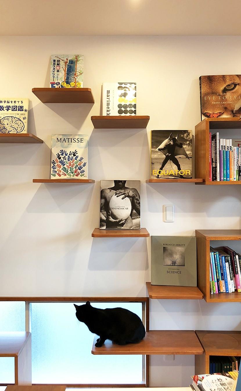 書斎事例:キャットステップにはお気に入りの本を飾って、インテリアも忘れずに。(G阿佐ヶ谷)