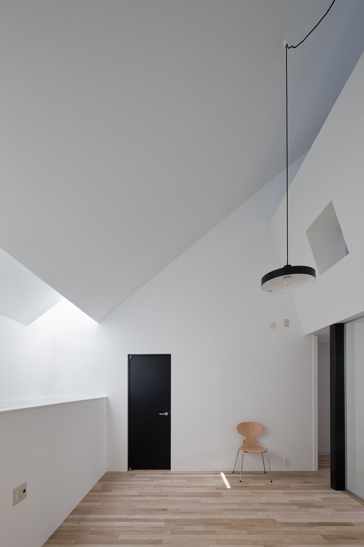 さいたまの旗竿敷地の家 OUCHI-21 (天窓から採光するリビング)