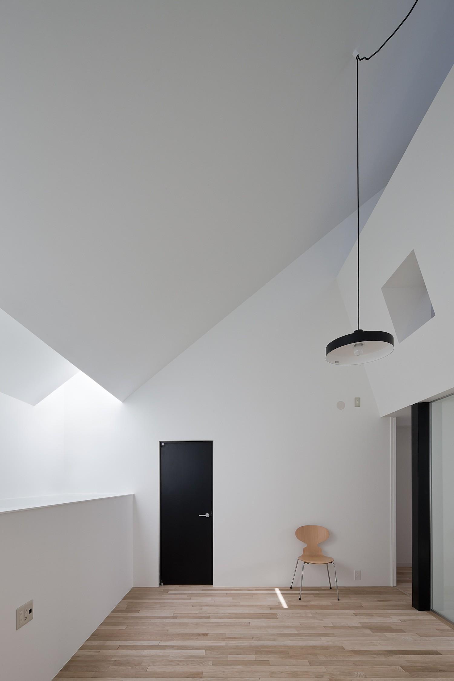 リビングダイニング事例:天窓から採光するリビング(さいたまの旗竿敷地の家 OUCHI-21)