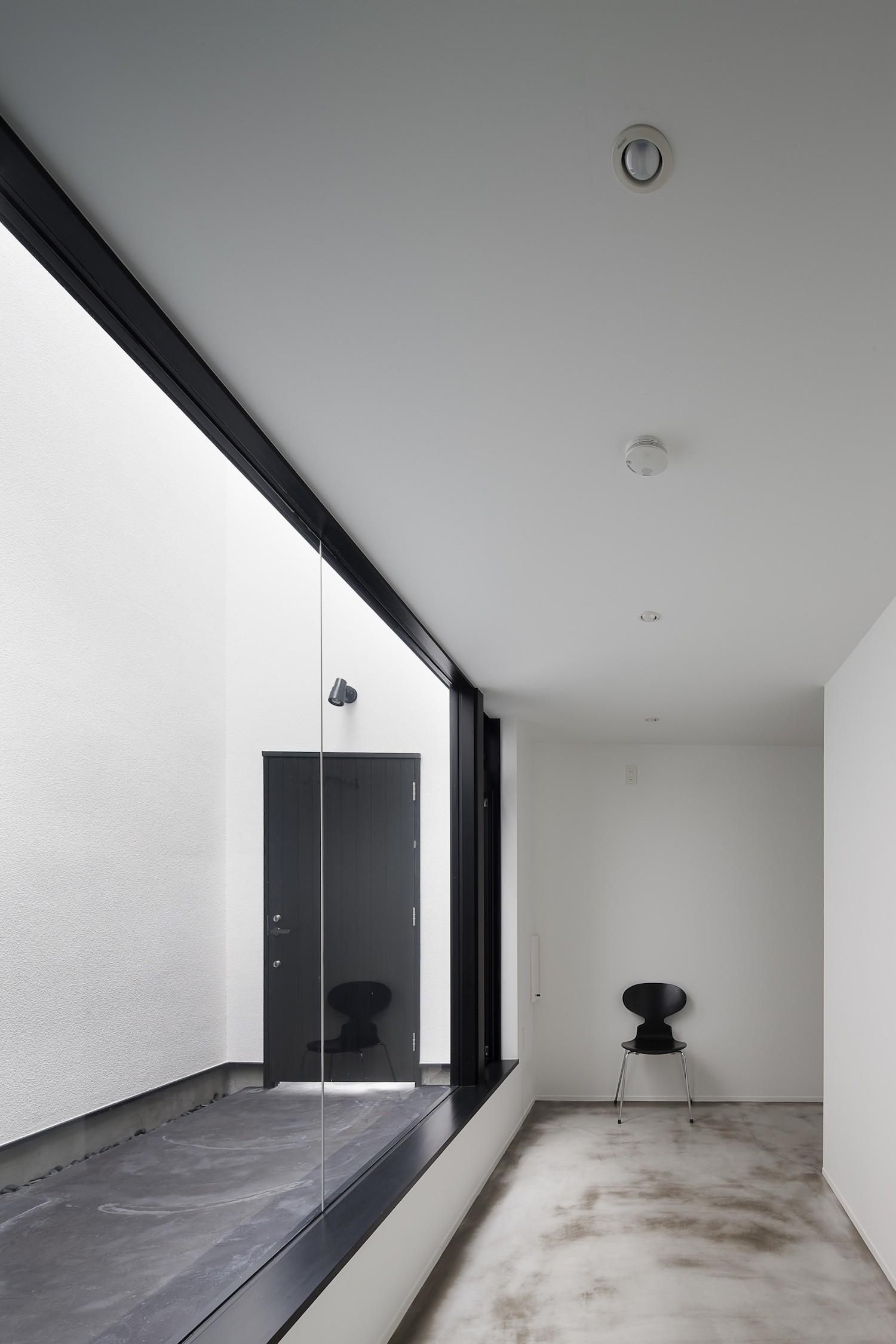 玄関事例:玄関中庭と隣接する趣味室(さいたまの旗竿敷地の家 OUCHI-21)