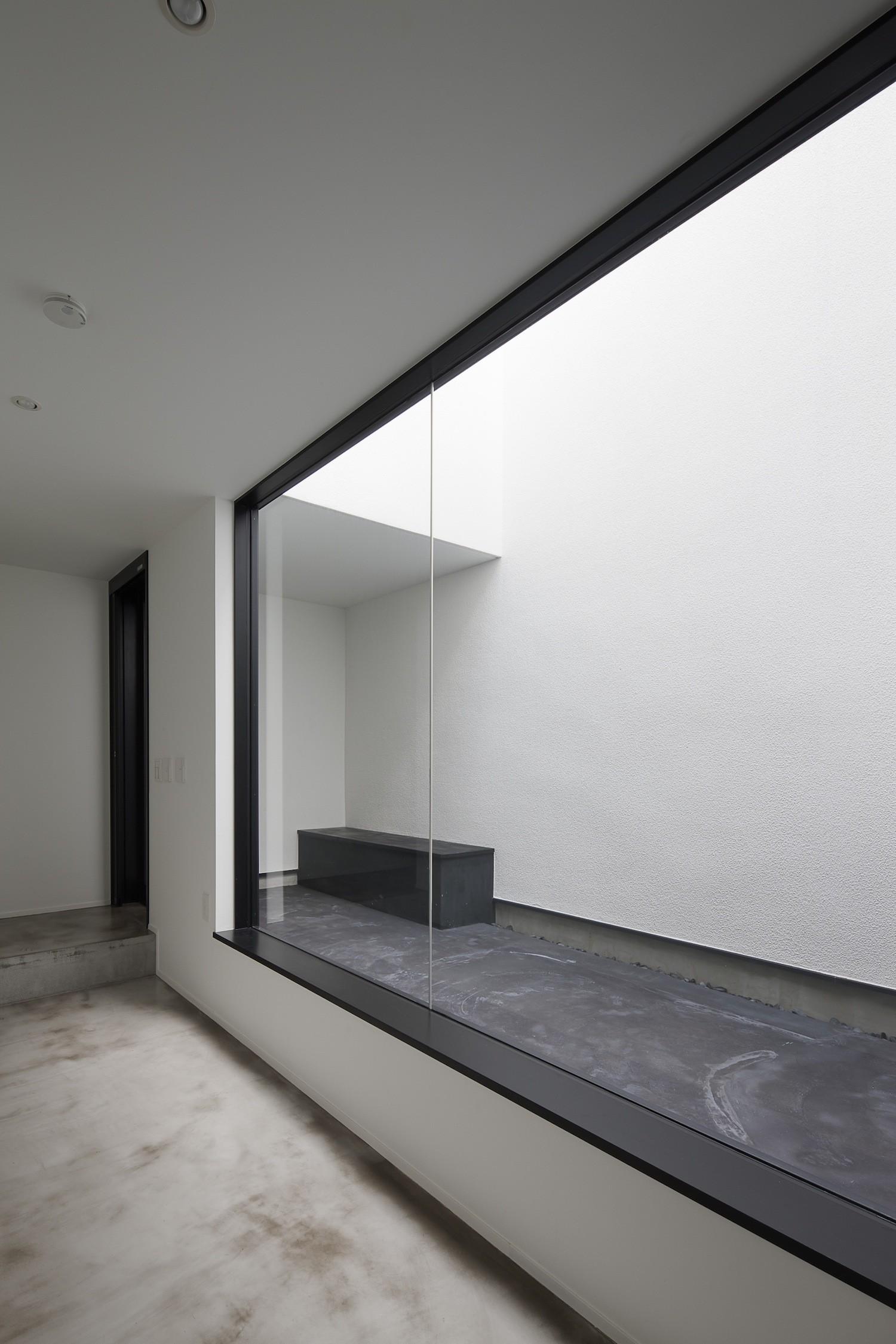 リビングダイニング事例:玄関光庭に開く趣味室(さいたまの旗竿敷地の家 OUCHI-21)