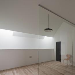 さいたまの旗竿敷地の家 OUCHI-21 (階段区画ガラスごしにみるリビング)