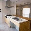 リノベーション 素朴さが自然と融合した空間の写真 キッチン