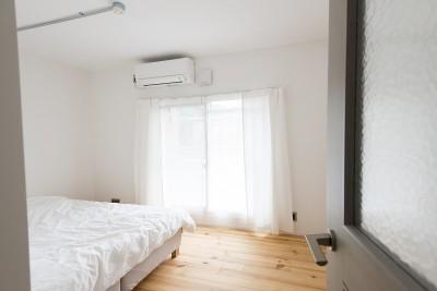 寝室 (リノベーション 素朴さが自然と融合した空間)