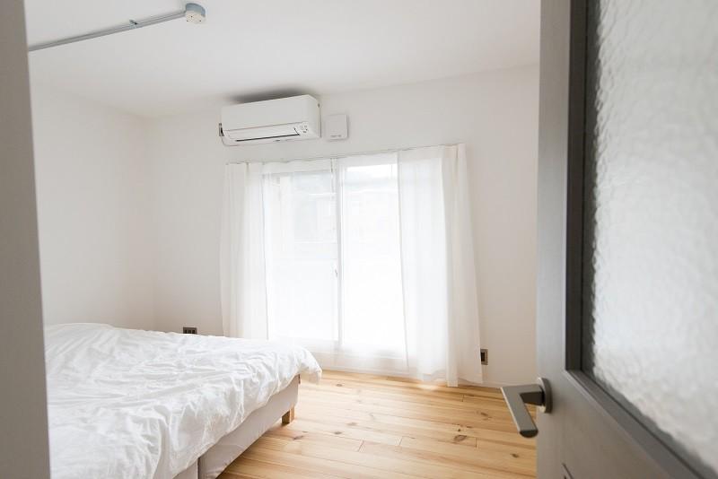 リノベーション 素朴さが自然と融合した空間 (寝室)