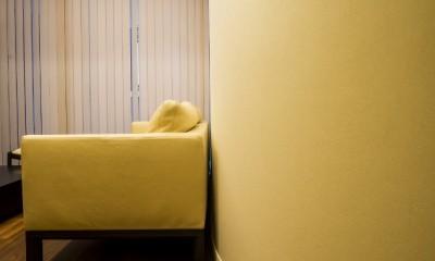 アールの壁が印象的な上質で洗練された都心の住まい (リビングダイニング)