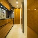 アールの壁が印象的な上質で洗練された都心の住まいの写真 キッチン