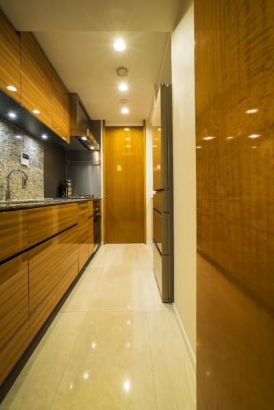 キッチン (アールの壁が印象的な上質で洗練された都心の住まい)