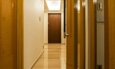 アールの壁が印象的な上質で洗練された都心の住まい (ホール)