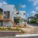 カドニワの家 ー内と外が緩やかにつながった「空間グラデーション」ーの写真 一体感のある庭とリビング