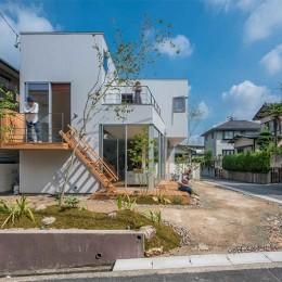 カドニワの家 ー内と外が緩やかにつながった「空間グラデーション」ー (一体感のある庭とリビング)
