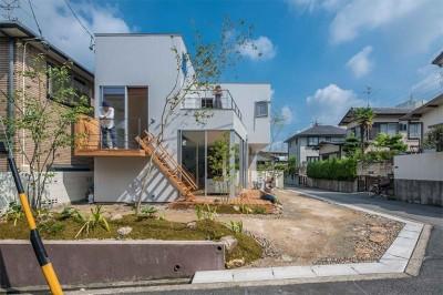一体感のある庭とリビング (カドニワの家 ー内と外が緩やかにつながった「空間グラデーション」ー)