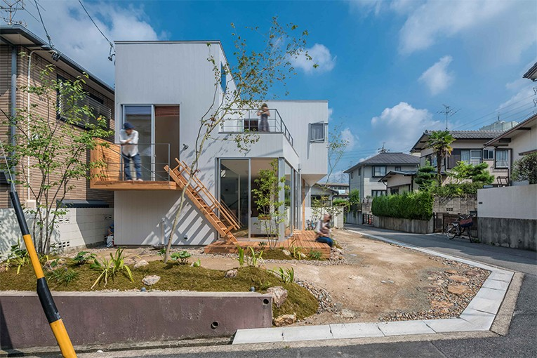 外観事例:一体感のある庭とリビング(カドニワの家 ー内と外が緩やかにつながった「空間グラデーション」ー)