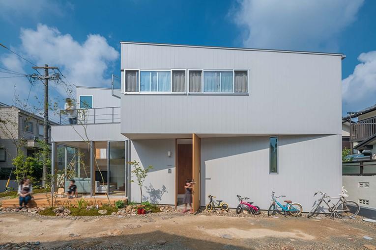 カドニワの家 ー内と外が緩やかにつながった「空間グラデーション」ー (複雑な形が創り出す玄関ポーチ)