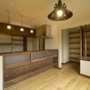 カンツリー倶楽部  「調整区域に建てた家」の写真 ダイニングからキッチンを見る