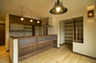 カンツリー倶楽部  「調整区域に建てた家」 (ダイニングからキッチンを見る)