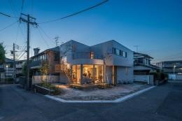 カドニワの家 ー内と外が緩やかにつながった「空間グラデーション」ー (夜の雰囲気)