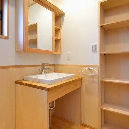 HUFUプラスワン/ローコストで建てる規格型の木の家 (リビングに面した洗面所)