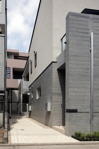1階外部通路 (小規模デザイナーズアパートメント|三茶の集住)