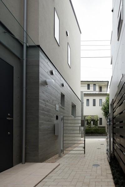 小規模デザイナーズアパートメント 三茶の集住 (1階外部通路)