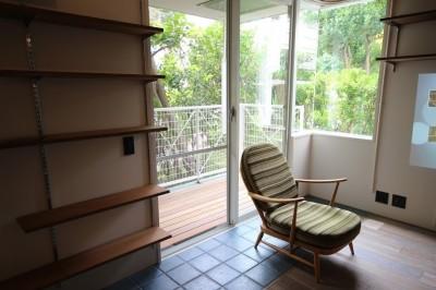 バルコニーと室内との境界線 (港町を感じる横浜のヴィンテージマンションリノベ)