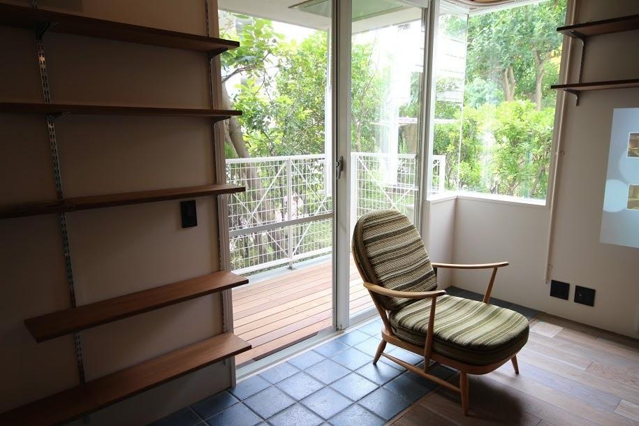 港町を感じる横浜のヴィンテージマンションリノベ (バルコニーと室内との境界線)