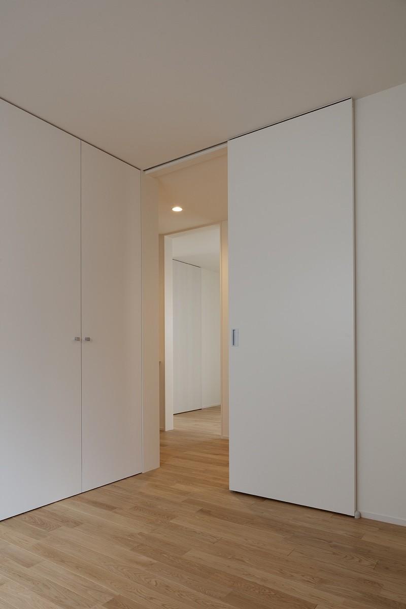 リビングダイニング事例:二つの個室の間にWIC(小規模デザイナーズアパートメント|三茶の集住)