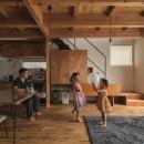 収納家具にプラスαの機能を付けた収納をテーマにした家(野路の家)の写真 リビング