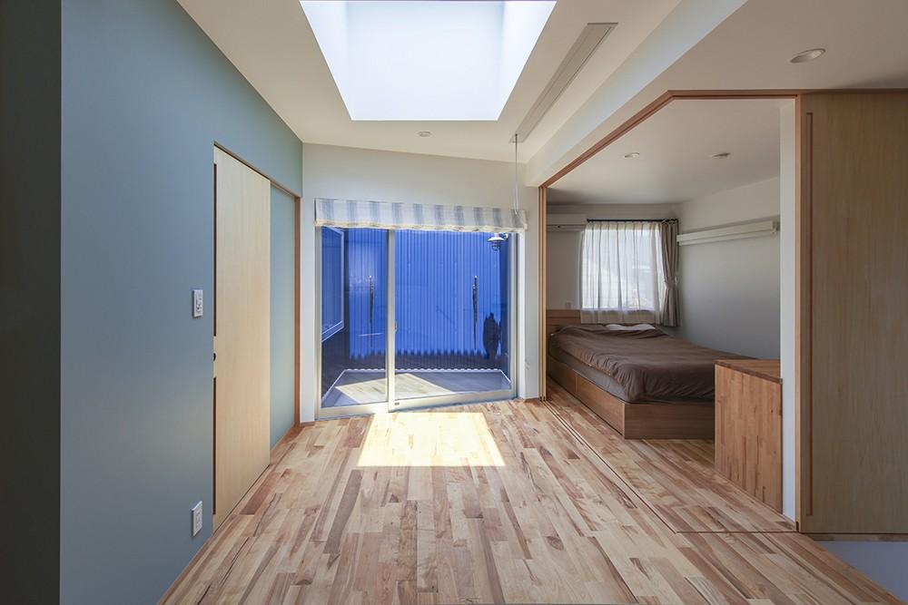 ベッドルーム事例:夕雲町の家 2階ホールと主寝室(夕雲町の家-little forest-)