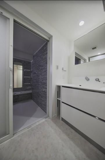 ブルー好きな夫婦の北欧テイストな家 (バスルームと洗面室)