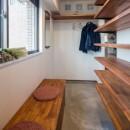 アウトドアリビングの暮らしを楽しめる家の写真 シューズクローゼットのある玄関土間