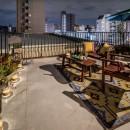 アウトドアリビングの暮らしを楽しめる家の写真 開放的なルーフバルコニー 夕景