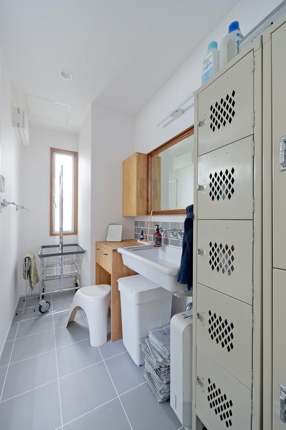 バス/トイレ事例:洗面所(街と海が一望できるインダストリアルな家)