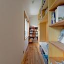 街と海が一望できるインダストリアルな家の写真 壁一面本棚