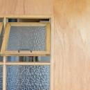 街と海が一望できるインダストリアルな家の写真 造作窓