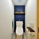 茅ヶ崎+インダストリアルの写真 背面壁が落ち着きあるディープブルーのトイレ