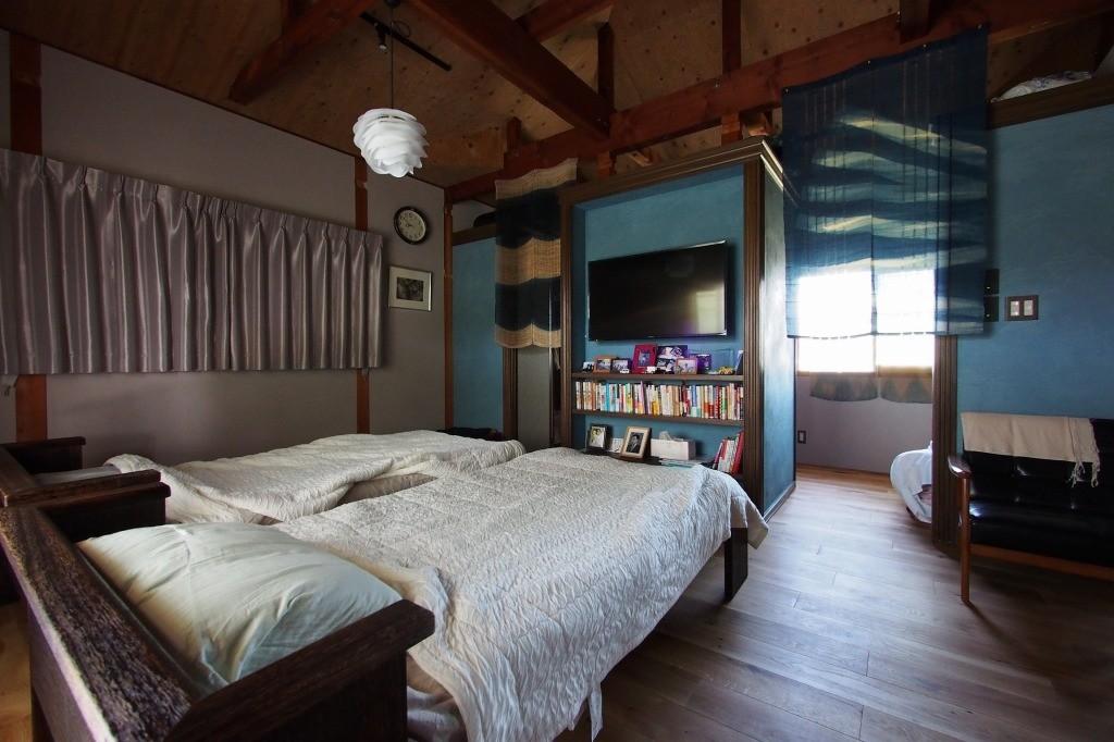 ベッドルーム事例:主寝室(自然素材と色彩を楽しむ家)